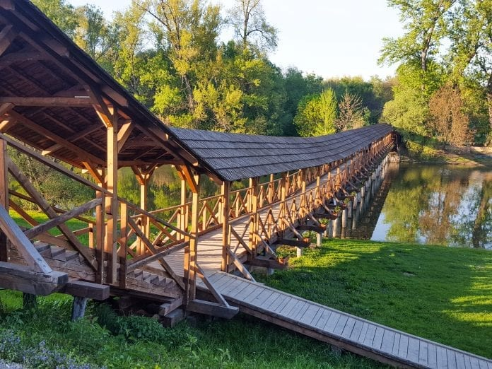 dreveny-most-kolarovo-chodnik-atrakcia-rieka-strecha-les-priroda