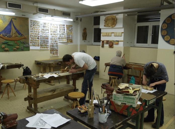 kurz-rezbarstva-dielna-umenie-drevene-vyrobky-nastroje-vyrezavanie-malovanie-ucastnici