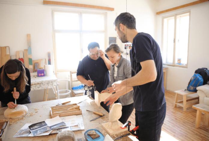 kurz-drevorezby-vyrezavanie-drevene-vyrobky-opracovavanie-ucitel-ucastnici-ziaci