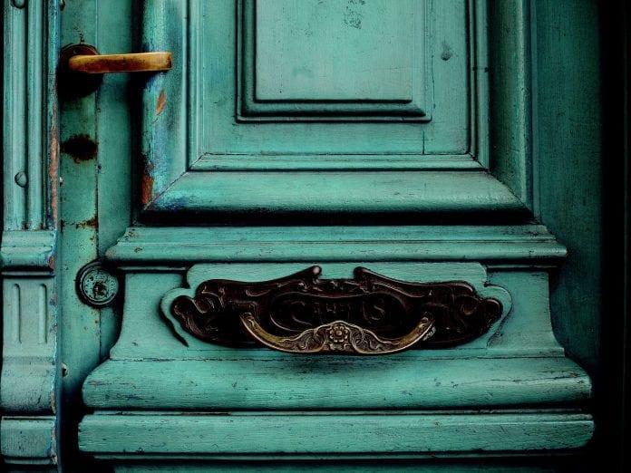 drevene-dvere-klucka-farba-osuchany-nater-klopadlo-vchod-renovacia-malovanie