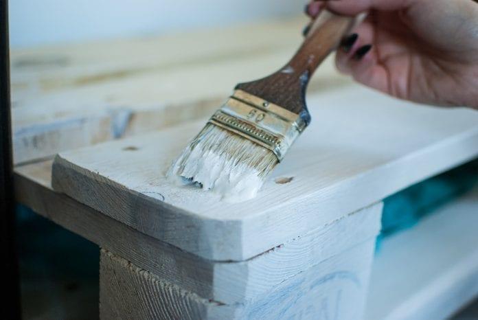 drevene-palety-malovanie-farba-stetec-ruka-zena-vyroba
