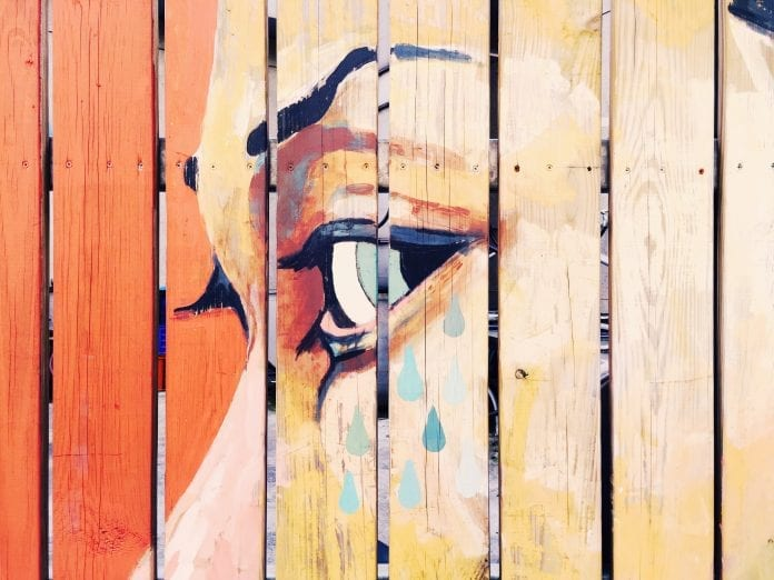 Uumelecke-dielo-dreveny-plot-malba-zena-slzy-oko-plac-farba-malovanie
