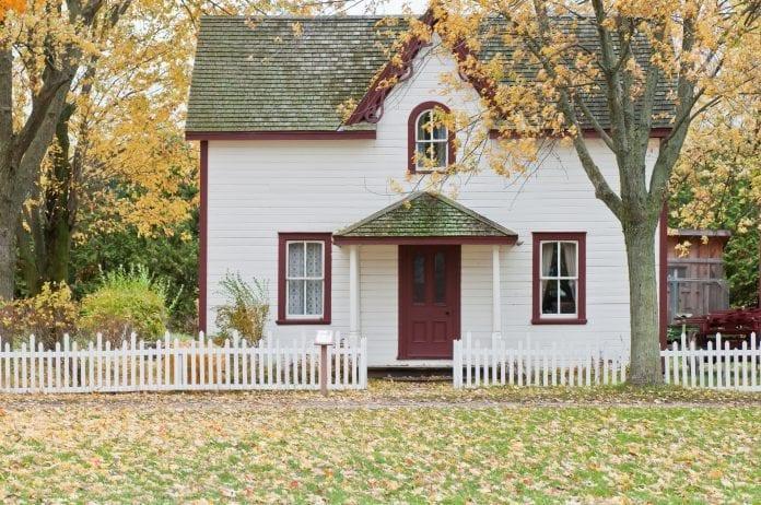 farebny-nater-dreveny-dom-zahrada-architektura-plot-strom-jesen