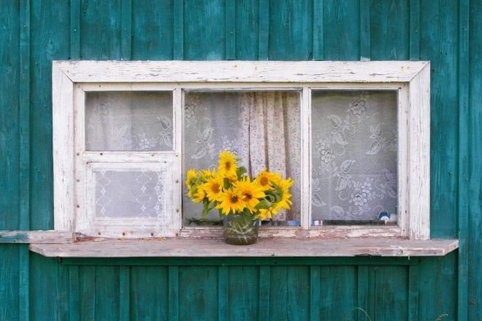 farebny-nater-okno-zavesy-slnecnice-dreveny-dom-dekoracie