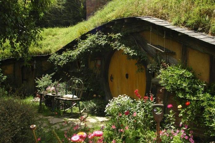 zahrada-architektura-dreveny-domcek-hobit-kvety-hojdacia-stolicka-relax