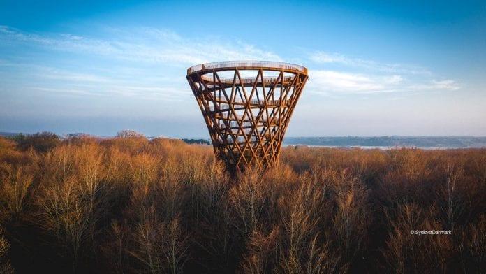 dansko-atrakcia-turistika-vyhlad-vrchy-les-stromy-priroda-obloha