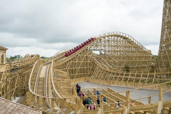 zabava-adrenalin-drevena-horska-draha-irsko-zabavny-park-ludia-krik