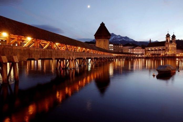 luzern-svajciarsko-dreveny-most-jazero-alpy-noc-vecer-odraz-romantika