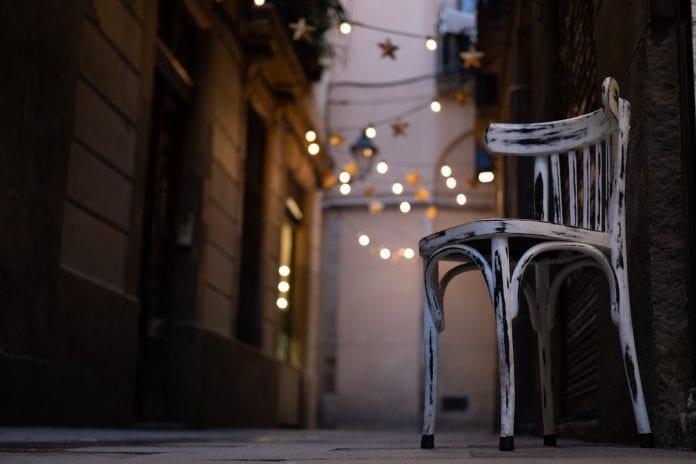 vecerna-ulica-mesto-dom-budovy-osvetlenie-romantika-zrekonstruovana-stolicka