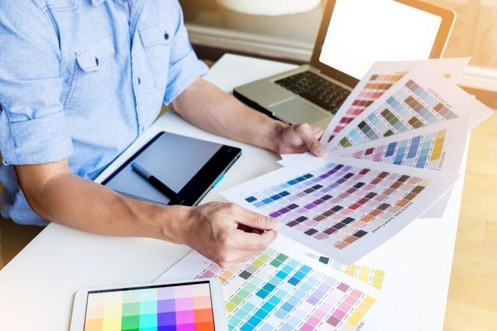 muz-tablet-notebook-odtiene-farieb-architekt-dizajner-malovanie-papiere