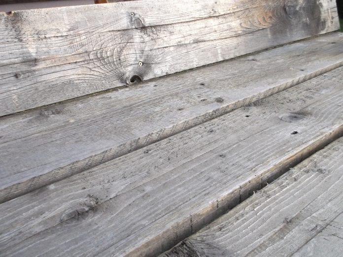 renovacia-zahradna-hojdacka-dreveny-nabytok-exterier-brusenie-detail-dosky