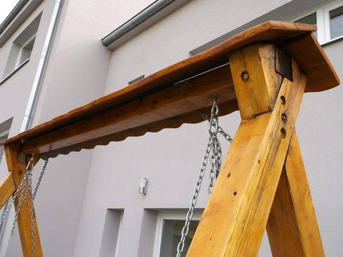 dom-zahrada-exterier-drevena-hojdacka-retaz-renovacia