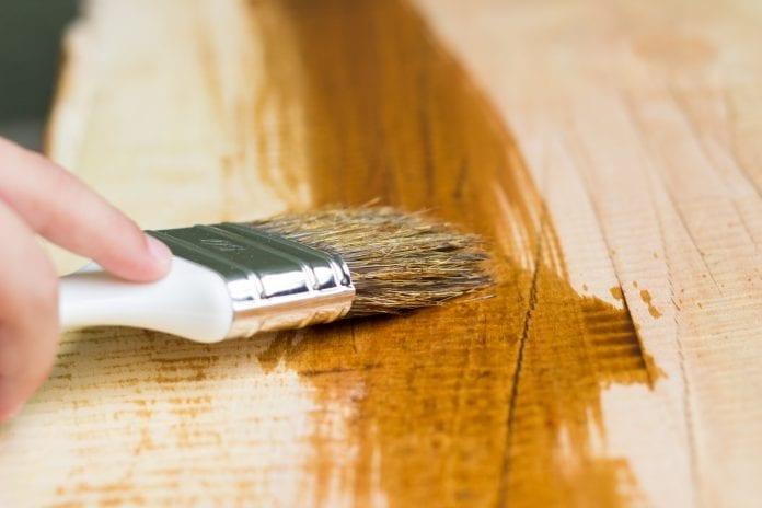 stetec-ochranny-nater-malovanie-lazura-drevo-muz-ruka-lak-impregnacia