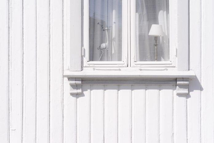 chata-drevodom-chalupa-okno-dekoracia-kryci-nater-biela-dizajn
