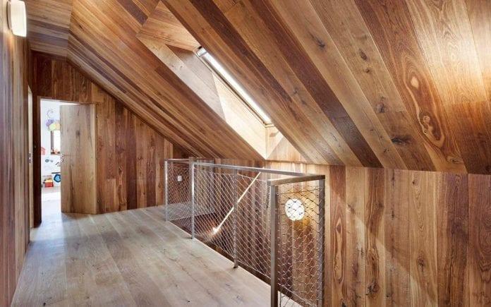 moderna-architektura-dom-schodisko-chodba-stresne-okno-zabradlie-dreveny-obklad