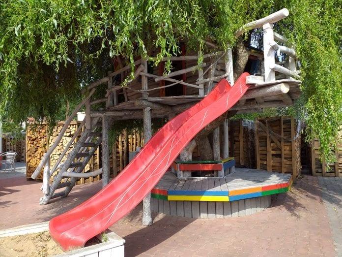 detske-drevene-ihrisko-strom-farebny-nater-smykacka-strecha-preliezky