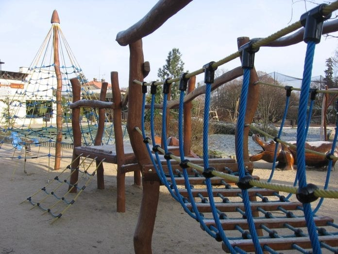drevene-detske-ihrisko-hroch-konare-stromy-piesok-zabava-lana