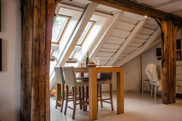 jedalen-dreveny-nabytok-stol-stolicka-okno-drevodom-chata-dekoracie-vino
