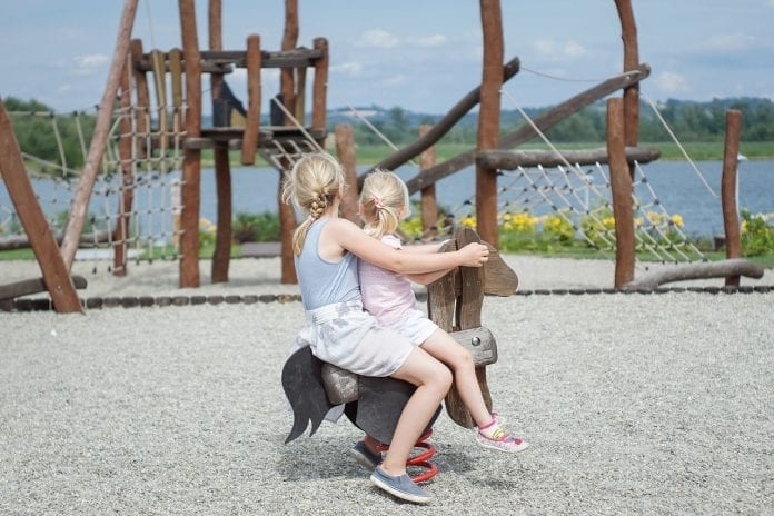jazero-detske-ihrisko-dreveny-konik-hojdacka-lana-preliezky-deti-dievcata