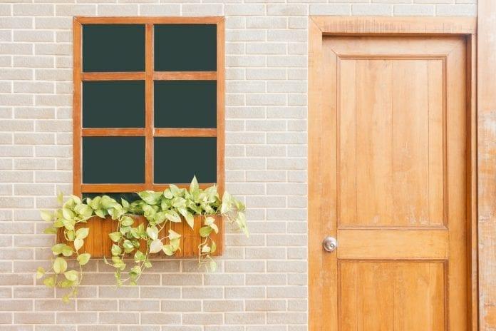 drevene-dvere-okno-kvetinac-kvet-dom-architektura-dizajn