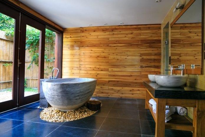 dreveny-obklad-stena-vana-kamene-moderny-interier-umyvadla-nabytok