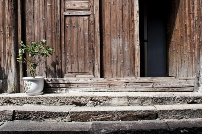 ochrana-dreva-nater-fasada-dreveny-obklad-chalupa-chata-kvet-dvere