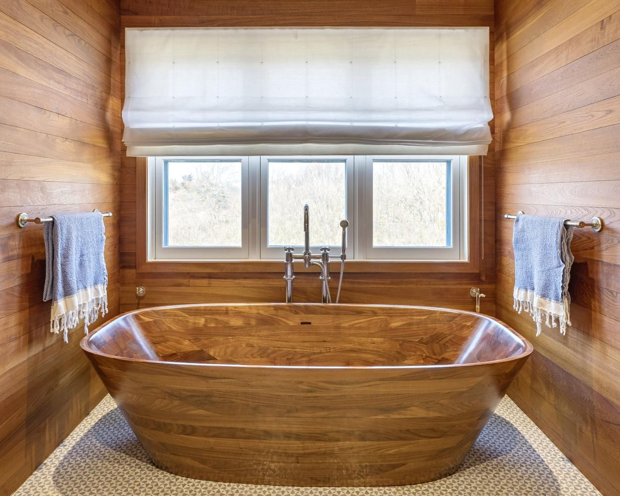 drevo-kupelna-vana-interier-okna-zavesy-uteraky