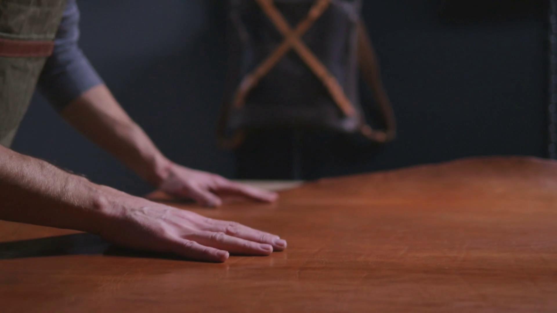 muz-drevo-povrch-material-konstrukcia-skusanie-tvrdosti-ruky