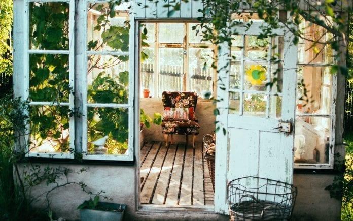 zahrada-rastliny-kvetiny-interier-okna-naradie