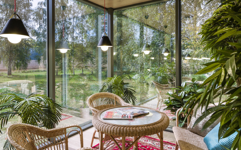 pruteny-nabytok-posedenie-stol-stolicky-osvetlenie-okna-zahrada