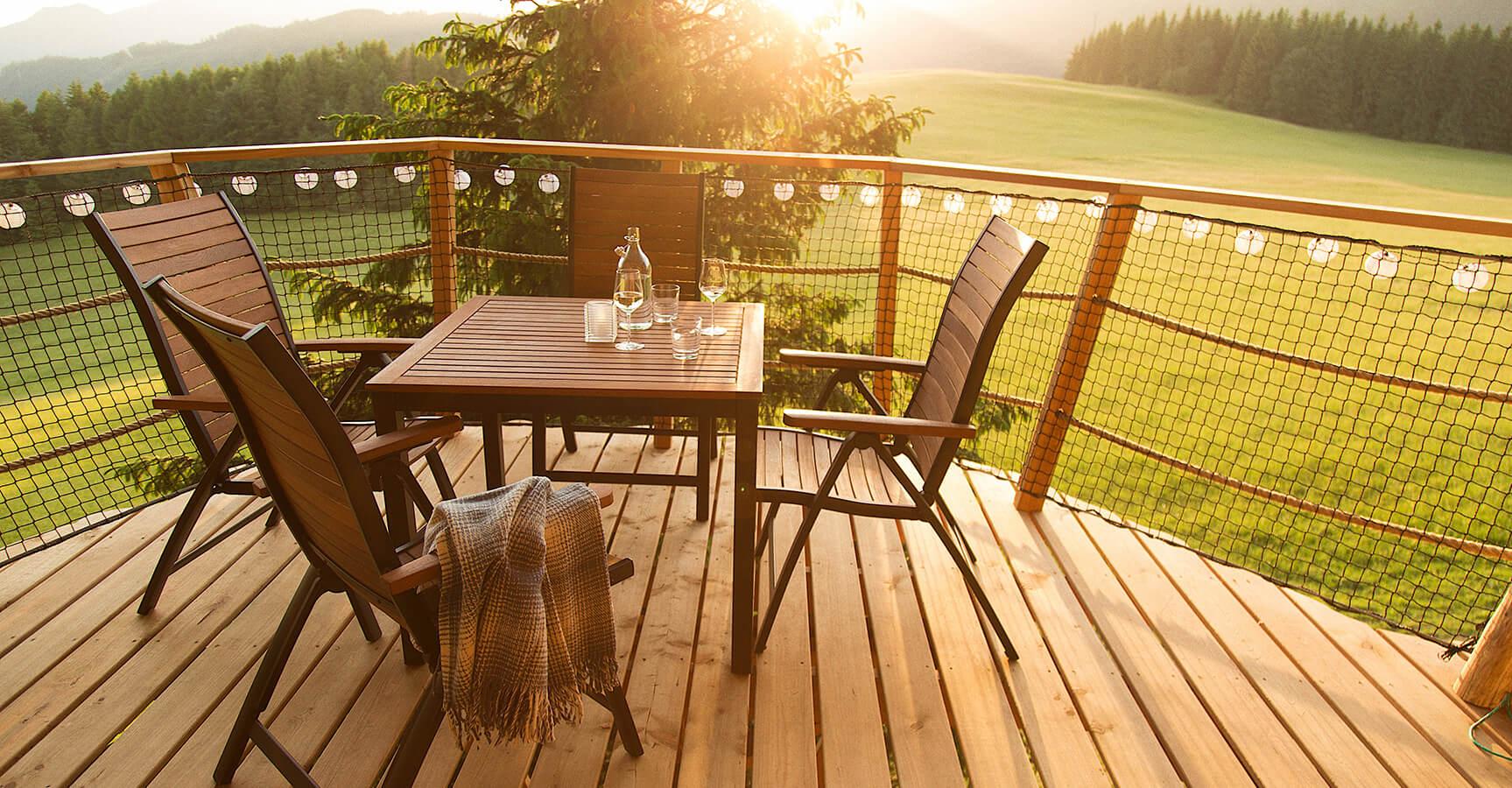 terasa-stol-stolicky-osvetlenie-les-priroda-vino-pohare
