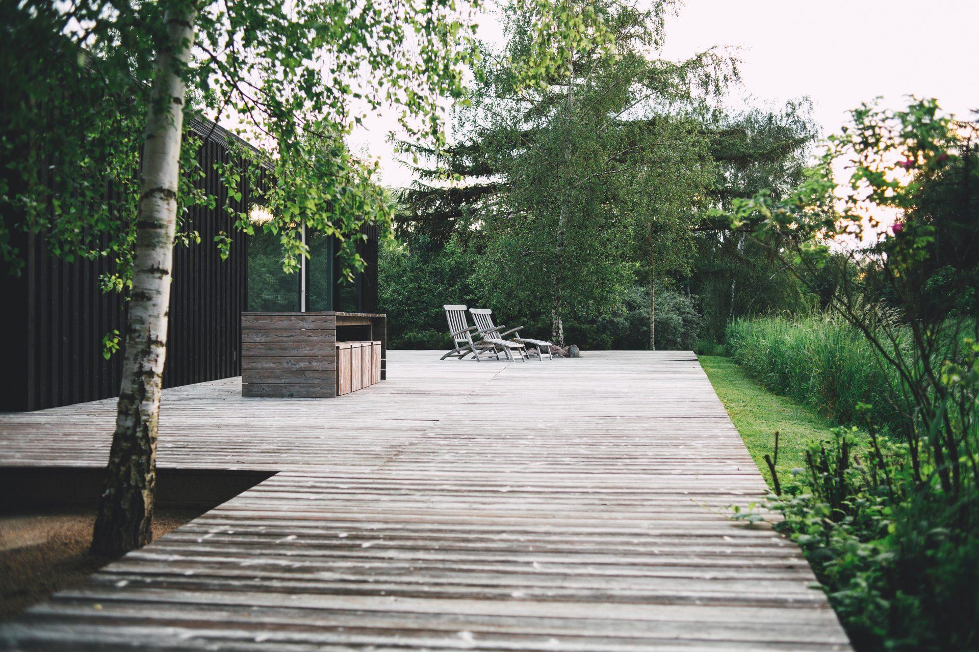 drevo-terasa-nabytok-stol-stolicky-posedenie
