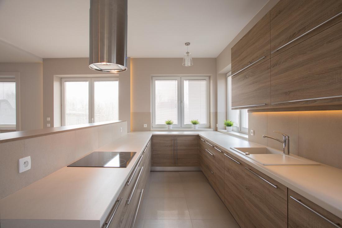 drevena-kuchyna-jednoduchost-minimalizmus-okno-kvety-umyvadlo-pult