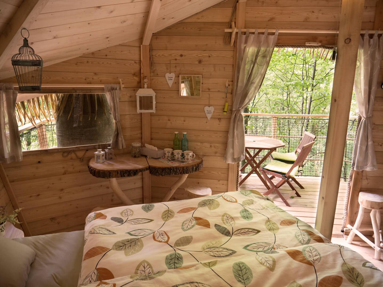 interier-drevo-stromy-priroda-postel-stol-stolicky-okna-zavesy