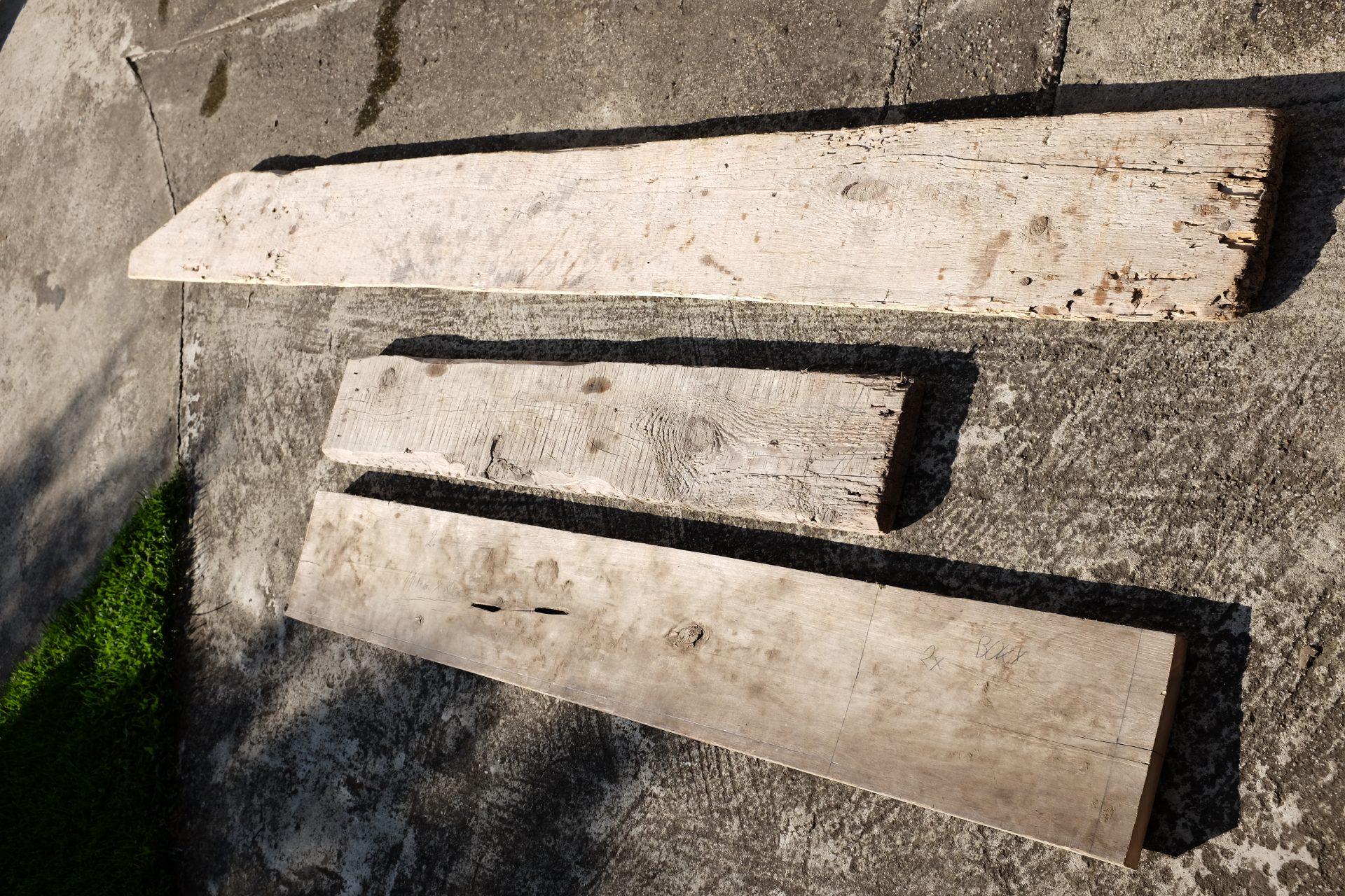 stare-drevene-dosky-diery-narusene-drevo-chodnik