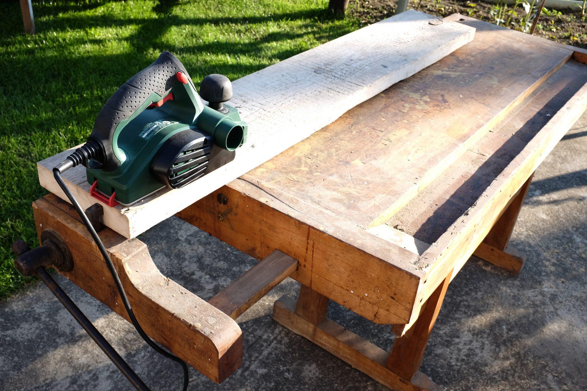 brusenie-drevene-dosky-vyroba-polic-pracovny-stol-zahrada