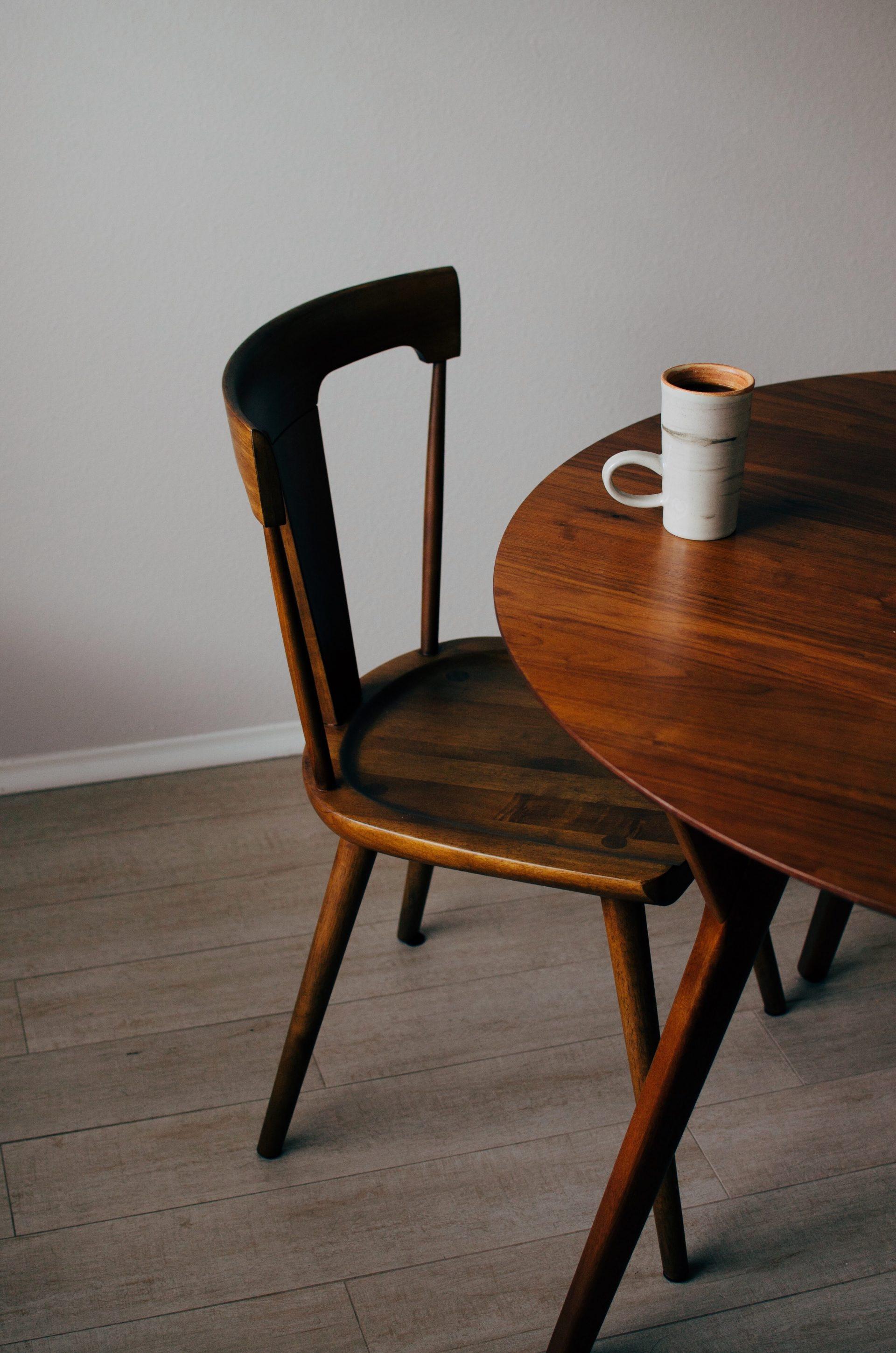 stol-stolicka-ochranny-olej-dreveny-nabytok-salka-kava-lesk