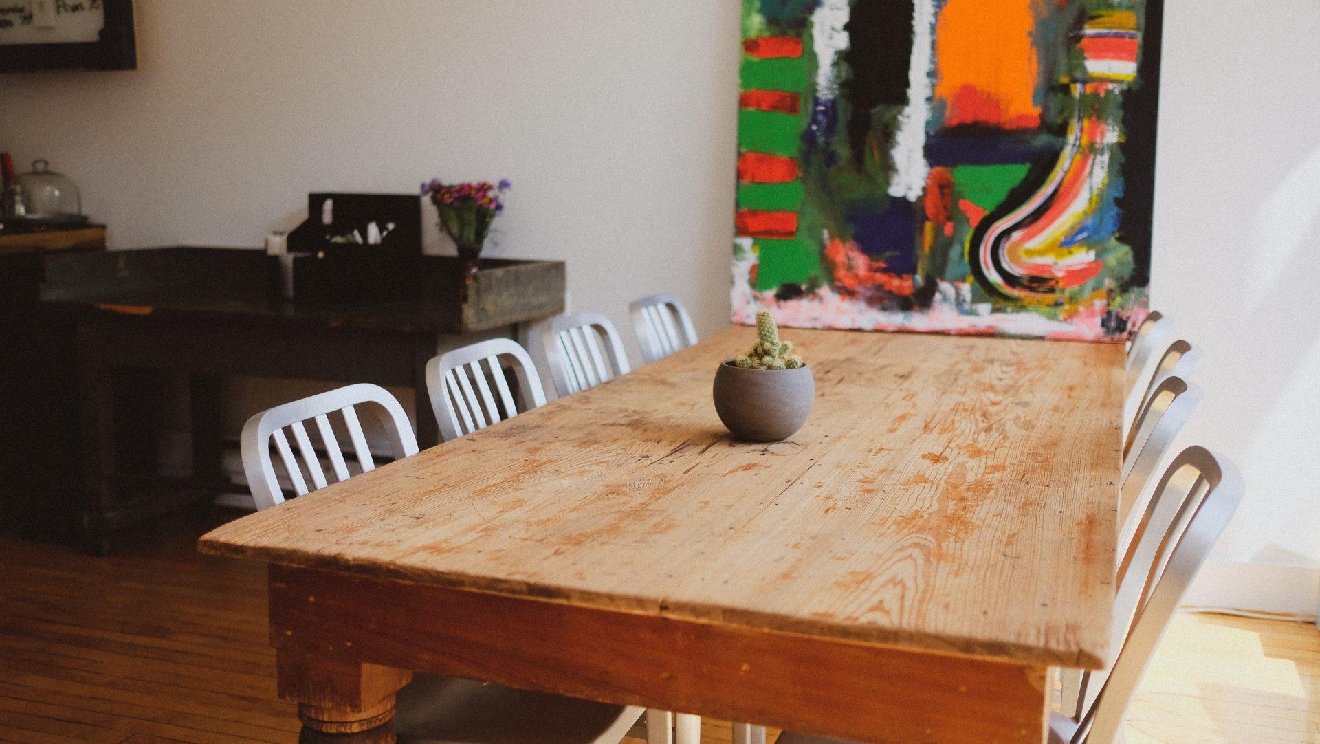 stol-stolicky-obraz-jedalen-kvetinac-kaktus-interier
