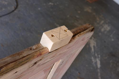 dreveny-vyrezany-hranol-lepenie-dvere-dielna