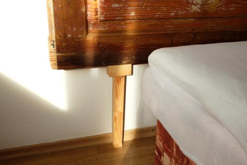 stena-lista-podlaha-nohy-celo-dvere-postel