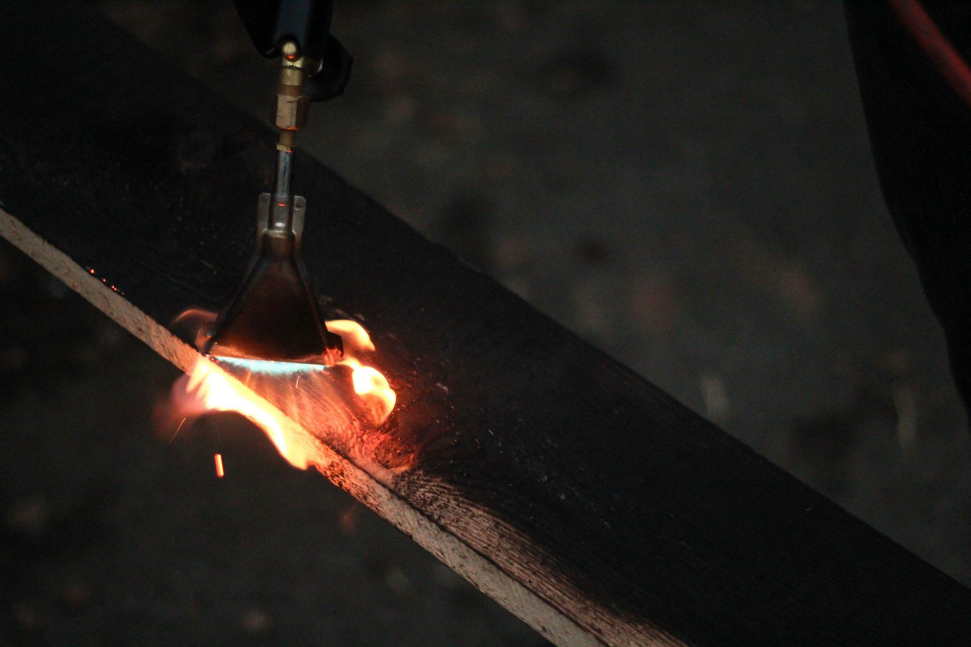 ohen-opalovanie-drevena-doska-povrchova-uprava