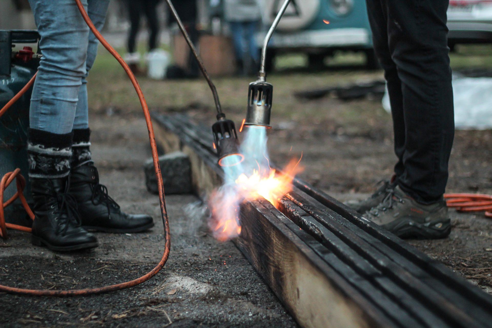 opalovanie-dreva-nohy-ohen-dosky-uprava-povrchu