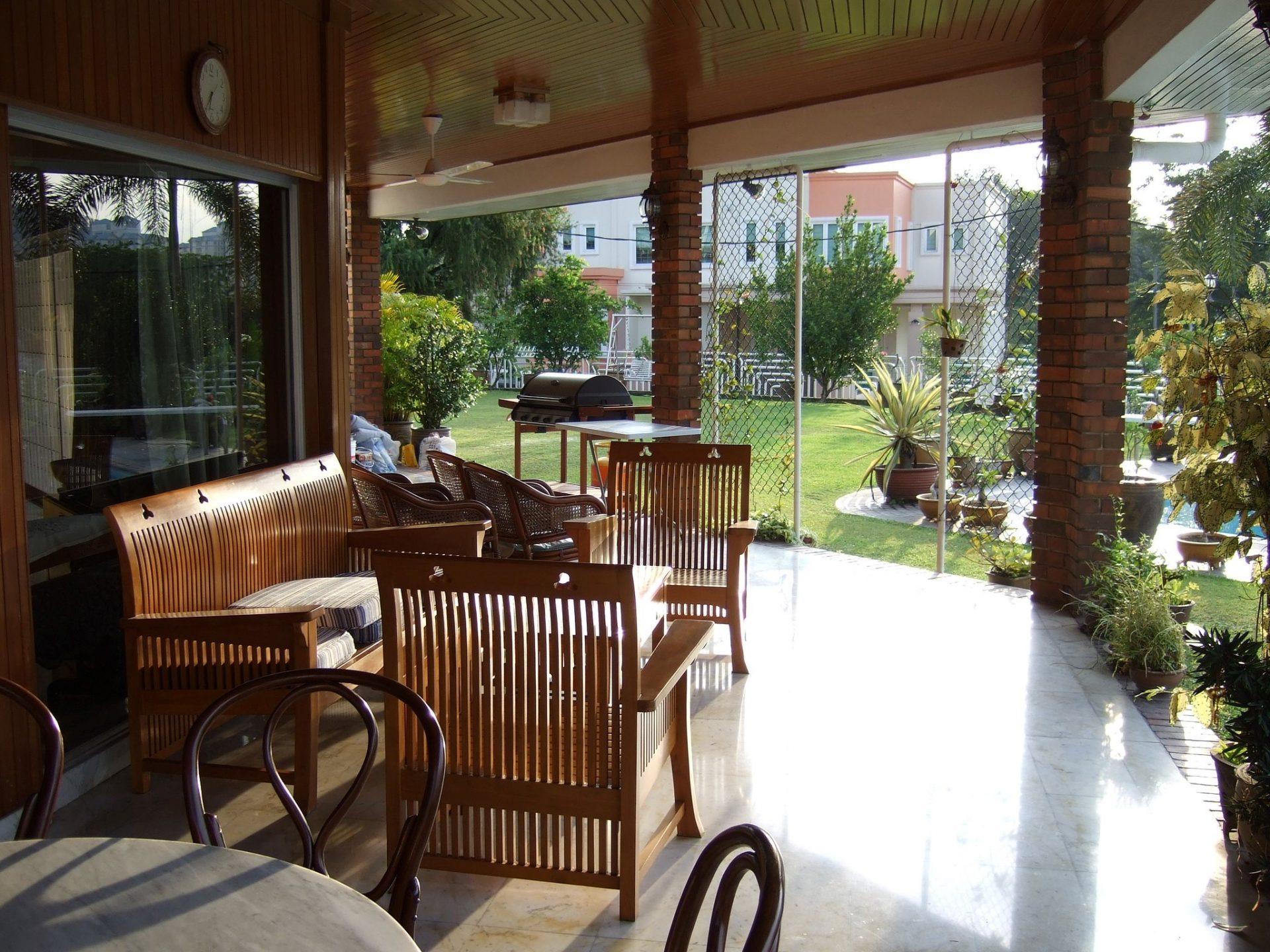 terasa-zahrada-drevo-stol-stolicky-kvetiny