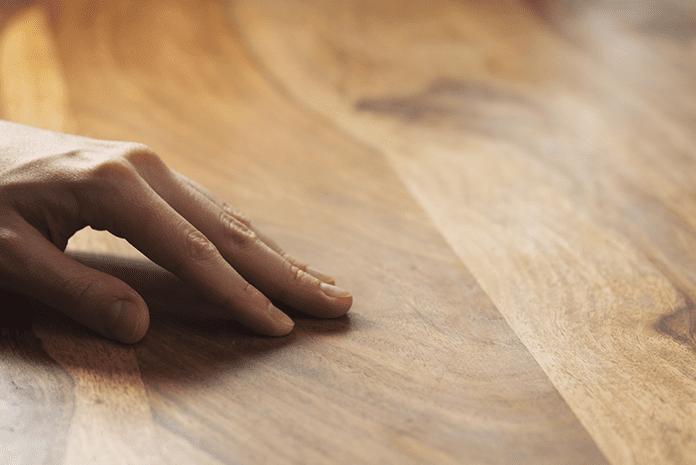 ochrana-dreva-osetrenie-ruka-jemnost-struktura
