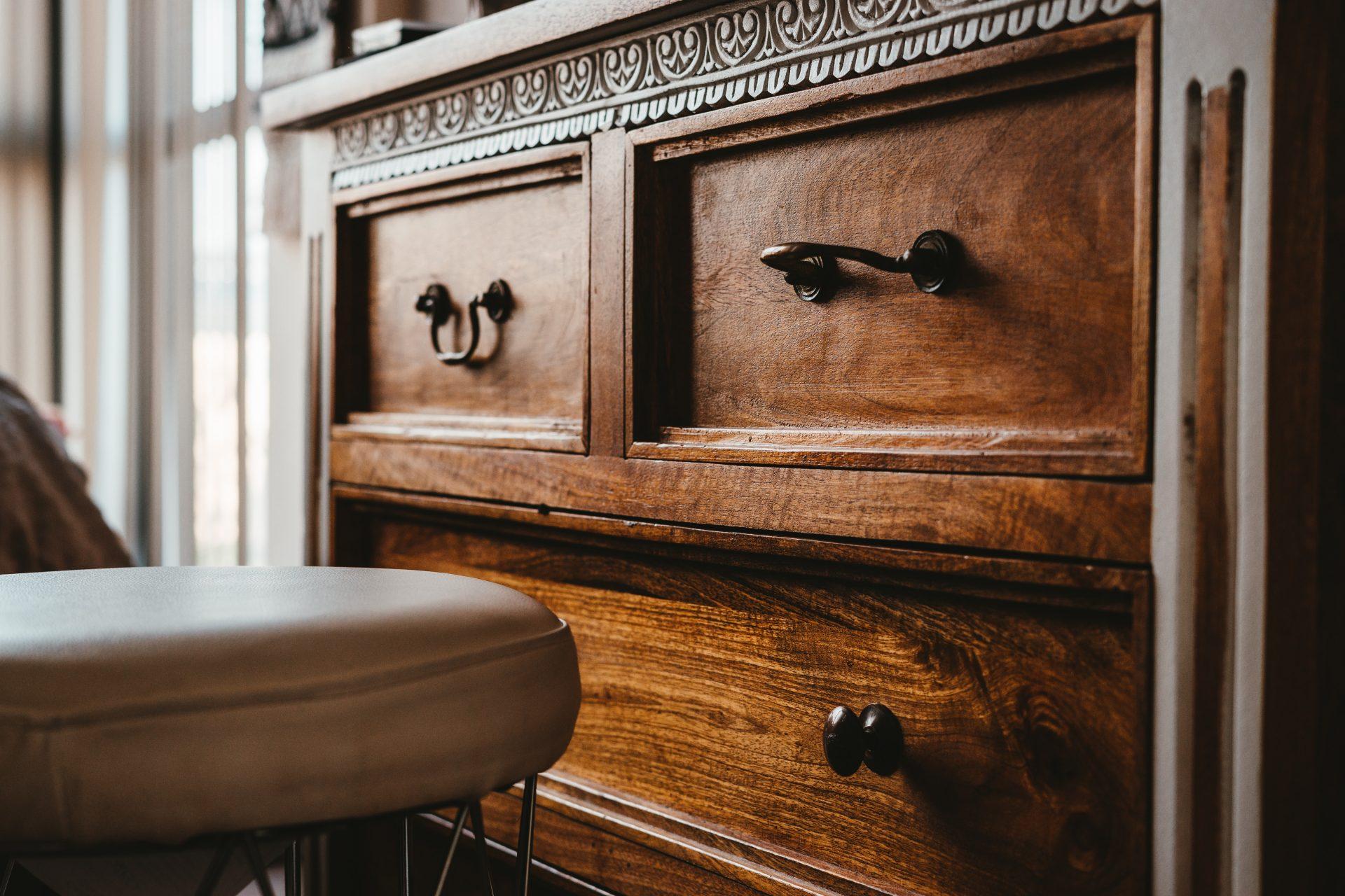interier-dizajn-drevena-skrina-zasuvky-vyrezavane-ornamenty-spalna