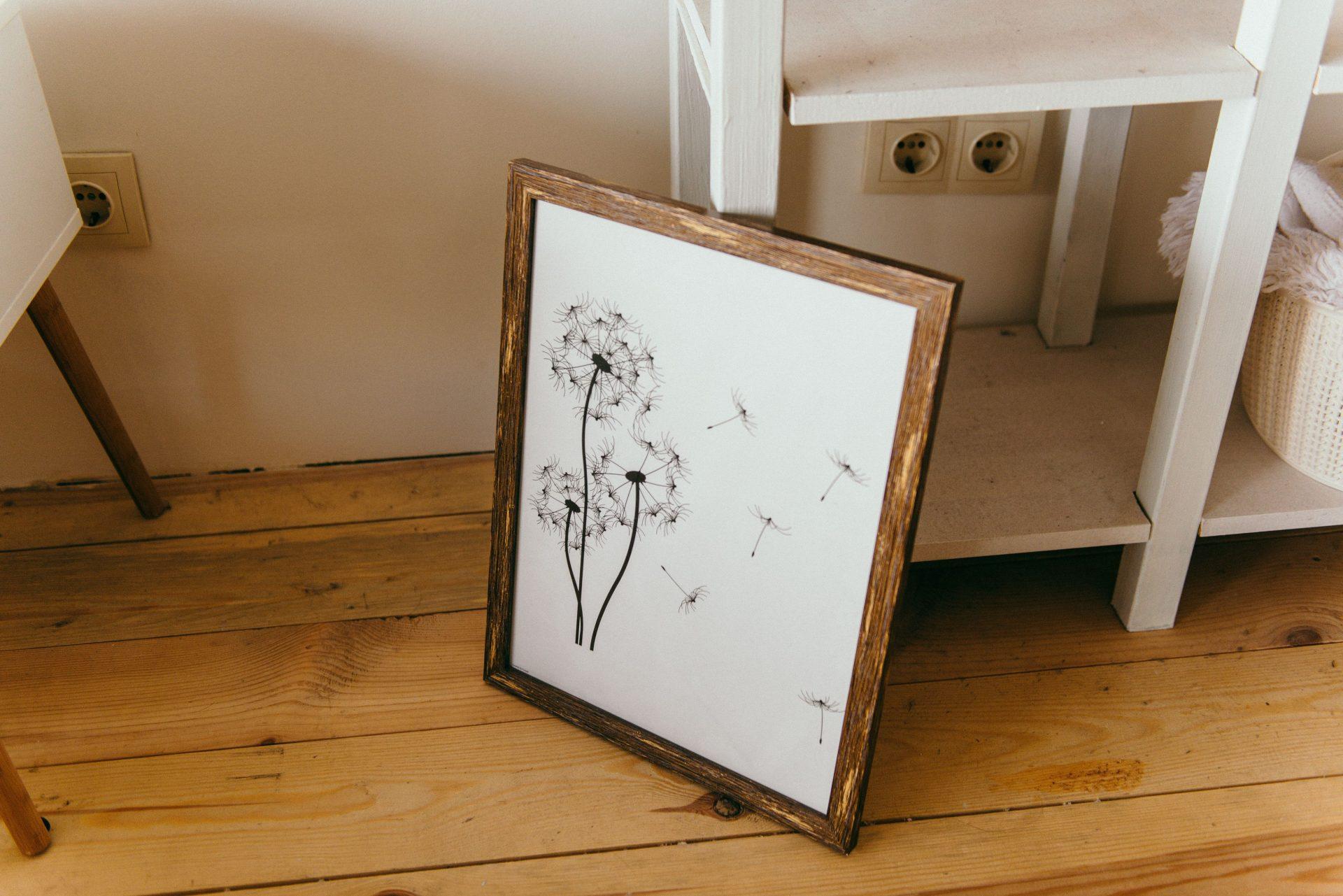 pupava-obraz-kresba-interier-dreveny-ram-podlaha