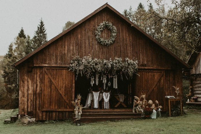 stodola-svadba-oslava-vence-drevo-stromy-priroda-stolicky-dekoracie