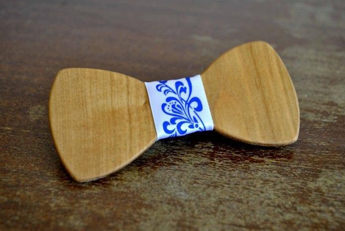 dreveny-motylik-zenich-svadba-folklorna-stuha