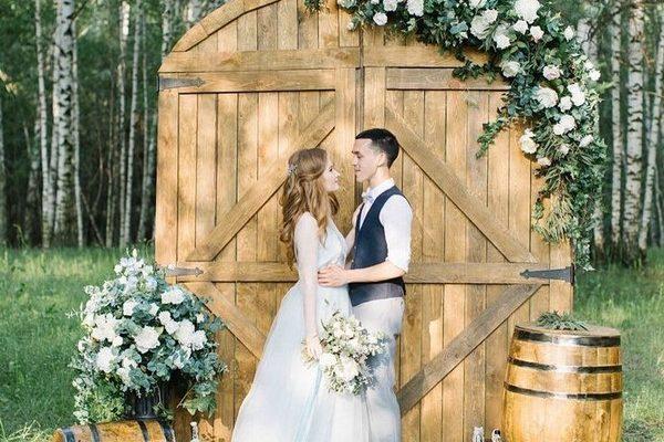 vinovy-sud-drevena-brana-svadba-dekoracie-kvety-mladomanzelia