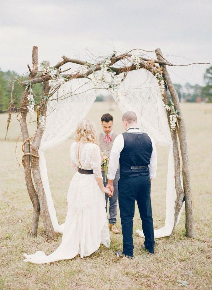 mladomanzelia-svadba-zavesy-drevena-brana-konare-kvety